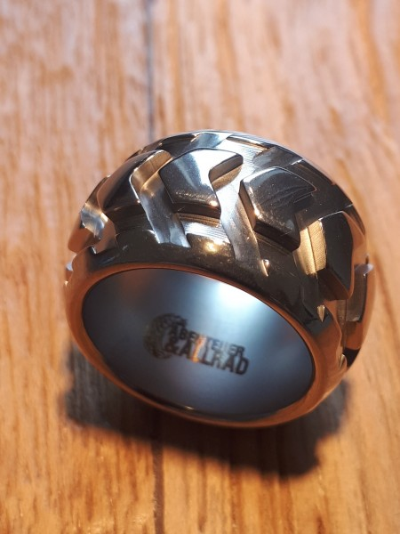 Titan-Ring im Design eines Offroadreifen glänzend
